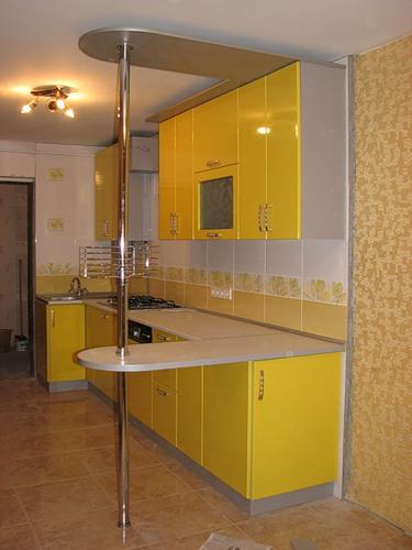 112 Яркая кухня с барной стойкой выполнена в солнечном желтом цвете