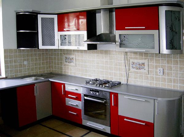 113 Кухонный гарнитур с комбинироваными фасадами. Смелое сочетание красного и серого на кухне