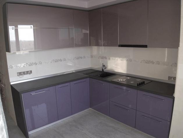 114 Современная угловая кухня с нежными фасадами из крашенного МДФ. Верхние секции выполнены без ручек