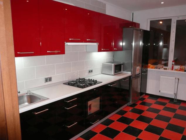 115 Прямая кухня в стиле модерн. Сочетание красных и черных фасадов хорошо перекликаются с плиткой на полу