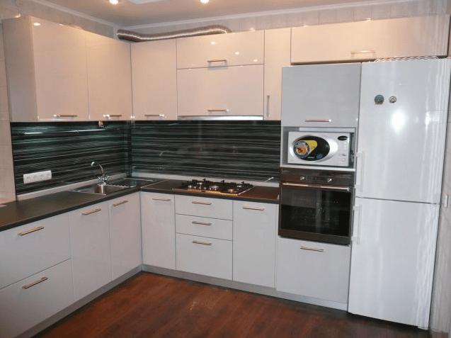 116 Очень часто в современных кухнях используют белые глянцефые фасады. Чаще всего их комбинируют с черной столешницей