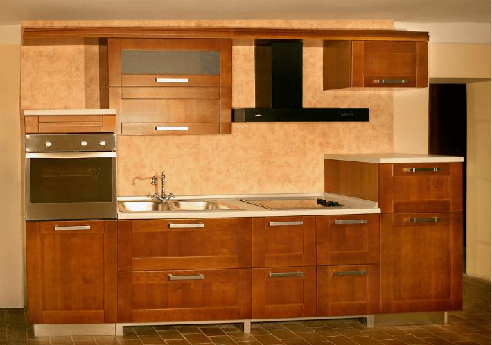 118 Небольшая прямая кухня со встроенной духовкой в полупенале