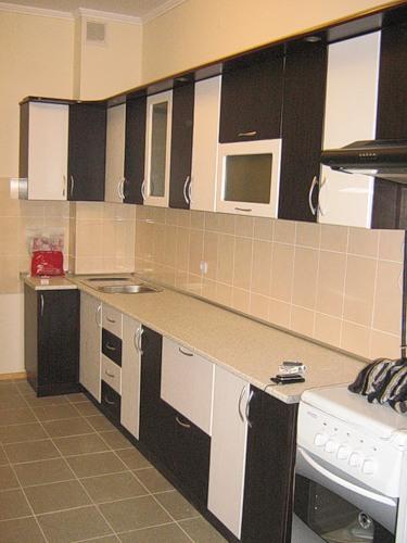 119 Очень часто в современном дизайне кухонь используют сочетание белого с венге. Такая мебель разбавит любой интерьер кухни