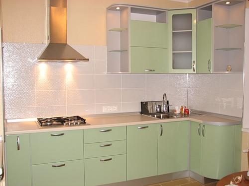 120 Угловая кухня,корпус ДСП,фасады МДФ пленочный,кухня выполнена в светло салатовом цвете,корпус кухни светло серый,маленькой помещение данной кухни заиграло по новому благодаря светлому кухонному гарнитуру и подсветки