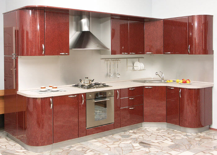 122 L-образная угловая кухня,корпус ДСП,фасады МДФ.Очень нарядно смотрятся фасады с перламутром,насыщенно бордового цвета. В этой кухне также удачно разместиласть угловая мойки из нержавейки