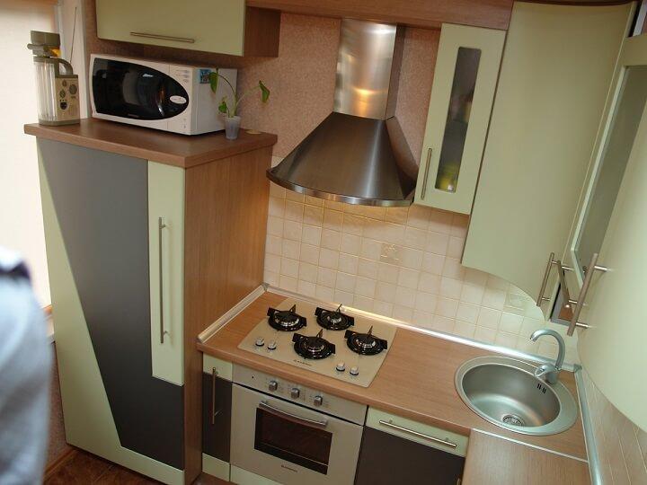 124 Угловая кухня,корпус ДСП,фасады МДФ пленочный,холдильник спрятан в нише секции,светлые тона кухни визуально расширяют пространство,а встроеная бытовая техника не занимает много места,кухня с размерами 3,5 кв.м вместила в себя все необходимое и выглядит очень эллегантно