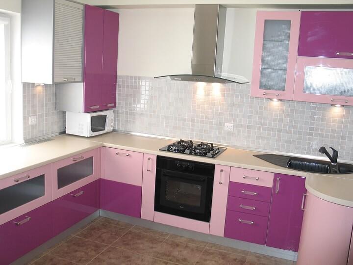125 П-образная кухня,корпус ДСП,фасады МДФ,выполнена в двух цветах розового и сиреневого.Особенность кухни с использованием места под пдддоконником для рабочей поверхности и выдвижных ящиков,кухня расположена П-образно,что увеличивает рабочую поверхность,верх кухни минимально занимает площадь