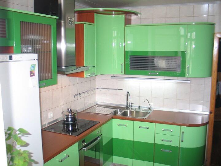 126 Угловая кухня,корпус ДСП,фасады МДФ пленочный.Компактная аккуратная кухонька с радиусными фасадами над мойкой вогнутый и на окончание кухни завершает выпуклый фасад,цветовая палитра пленочных фасадов позволяет подобрать разные варианты и сочетания