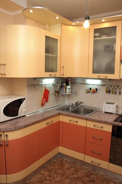 128 Угловая кухня,корпус ДСП,фасады МДФ пленочный.В помещении кухни есть выступы и вентиляционная шахта, но наши дизайнеры нашли оптимальное и очень симпатичное решение этой проблемы,низ кухни использовали под место для микроволновой печи,чтоб она не занимала место на основной рабочей плоскости,а верх обошли карнизом с подсветкой,уютно,красиво и функционально