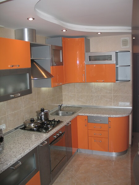 129 Угловая кухня,корпус ДСП,фасады МДФ пленочный.В данной кухне оригинальный решением было соединение двух цветов оранжевого и серого,но серый еще был использован и на корпусах кухни,яркий и в то же время не броский цвет кухни не надоедает по истечению многих лет