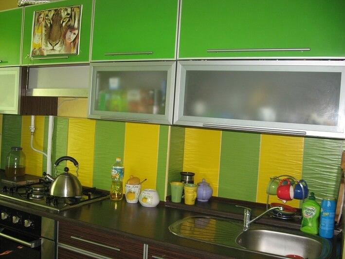 132 Прямая кухня,корпус ДСП, фасады ДСП в алюм. профиле,такие фасады подчеркивают строгость дизайна, но дают возможность использования ярких, сочных цветов.Корпус и низ кухни выполнен в цвете темный венге, а верх кухни зеленый.Нишу на вентиляционной шахтой закрыли столешнице,что увеличило место для кухонных предметов