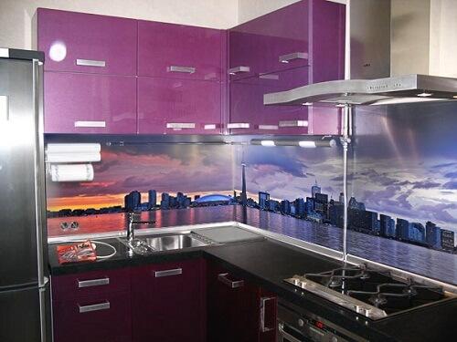 133 Кухня корпус ДСП,фасады МДФ пленочный,акцентом декора кухни есть Скинали, это калленое стекло с нанесением фотопринта. В данном варианте использовали насыщенный сиреневый цвет, что визуально расширило пространственные границы панораммы на кухонном фартуке,вцелом дизай кухни позволяет почувствовать себя не на маленькой кухоньке,а на просторной открытой мансарде многоэтажки