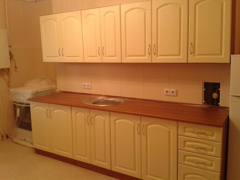 135 Прямая кухня,корпус ДСП,фасады МДФ пленочный с фрезировкой,цвет бежевый.Компактная небольшая кухня с размерами всего 2,40 метра вместила в себя все необходимые кухонные пренадлежности.Светлый тон кухни визуально увеличивает площадь помещения,что идеально подходит для малогабаритных квартир