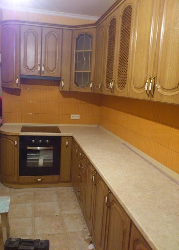 140 L-образная угловая кухня,корпус ДСП,фасады МДФ пленочный с фрезировкой,рисунок на фасадах можно выбирать,стиль классика.функциональность кухни в большом количестве вместительных ящиков и просторной рабочей поверхности.Радиусные закрытые окончания сглаживают острые углы и отлично вмещают в себя кухонные пренадлежности которые хочеться скрыть от посторонних глаз