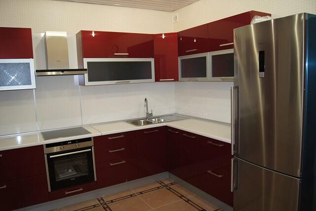 145 Кухня под заказ. Фасады МДФ краска с витринами в алюминиевой рамке,корпус ДСП.Насыщенный буряковый цвет кухни в соединении с светлой столешницей сделал эту кухню необыкновенно яркой и уютной