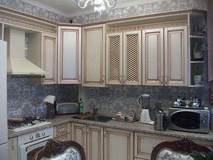 146 Классическая кухня в светлых тонах. Фрезерованные фасады МДФ пленка с патиной,корпус ДСП.Кухня выполнена в классическом стиле под заказ,удачная альтернатива кухне из натурального дерева смотрится одинаково,цена разная