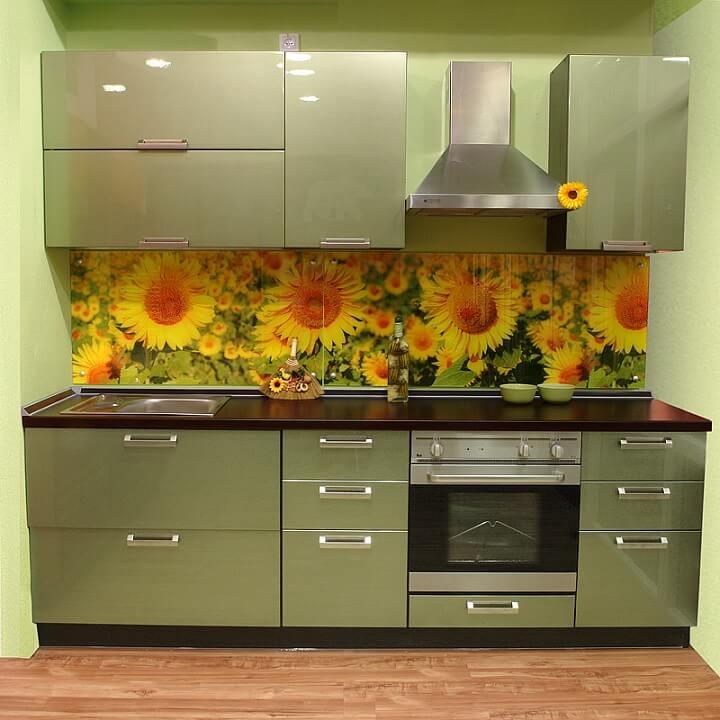147 Прямая кухня,корпус ДСП,фасады МДФ пленочный,выполнена в фисташковом цвете.Кухонный комплект всего 2,2 м.,но по функциональности не уступает большим кухням. Изюминкой кухни стал кухонный фартук из стекла с фотопринтом ярких подсолнухов