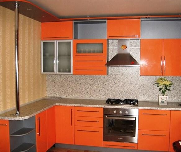 149 Угловая кухня с фасади МДФ пленка,корпус ДСП,стекло в алюм. профиле,выполнена в ярком оранжевом цвете в сочетании с светло-серым корпусом. В карнизе предусмотрена подсветка с галогеновыми лампочками