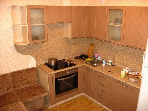 150 Компактная угловая кухня,корпус ДСП,фасады МДФ пленочный,столешница и стеновая панель выполнены в одном цвете.Функциональность кухни продумана в каждом сантиметре,в каждой секции,ведь помещении кухни всего 4,5 кв.м